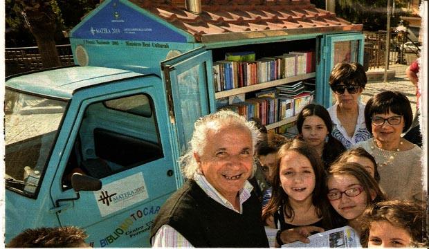 Antonio-La-Cava-e-la-sua-biblioteca-ambulante